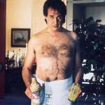 toni-servillo-a-torso-nudo-e-con-una-buffa-espressione-ne-l-uomo-in-piu-248336